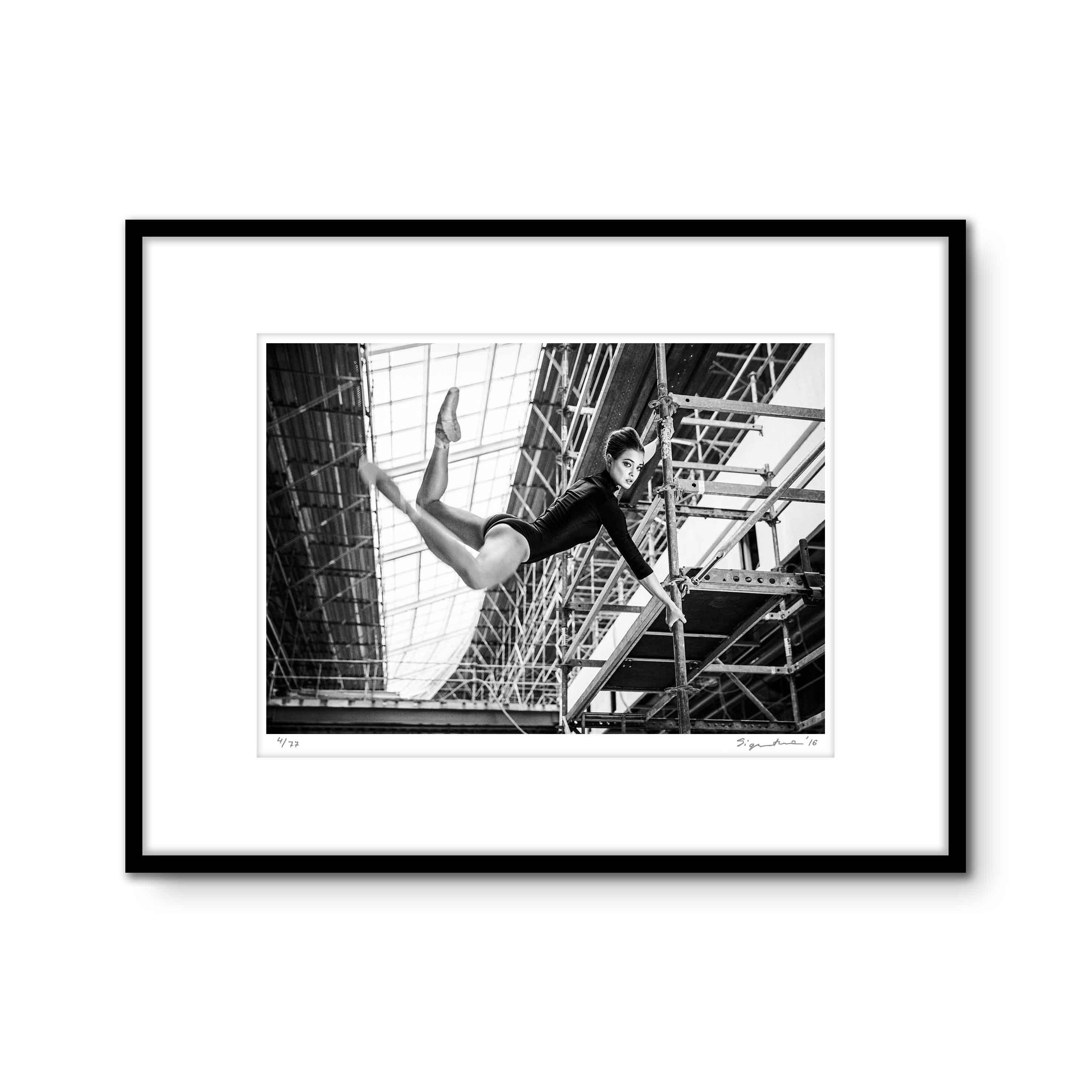Szymon Brodziak rozpoznawany jest poprzez czarno-białe zdjęcie. Fotografia artystyczna Szymona dostępna jest przez sklep internetowy. Dekoracja wnętrz tego rodzaju pozwala znacznie zwiększyć poziom estetyczny mieszkania lub domu. Szymon Brodziak created serie, black and white photography called Ballerinas. Szymon Brodziak's art photography is available in the Online Shop.This type of interior decoration significantly raises the visual standard of the interior design and makes it full of fine art.